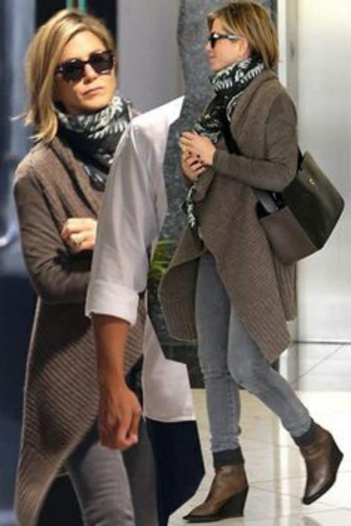 Jennifer Aniston wearing skinny jeans.